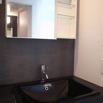 漆黒の洗面台!かっこ良すぎです。※写真は6階の同間取り別部屋のものです