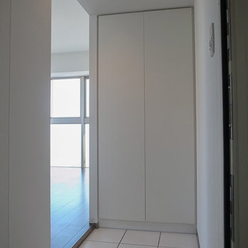 一転、白タイルの玄関はノーブルな印象。※写真は6階の同間取り別部屋のものです