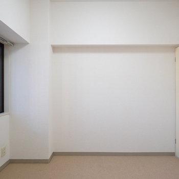 【洋室2】コンパクトな収納も。