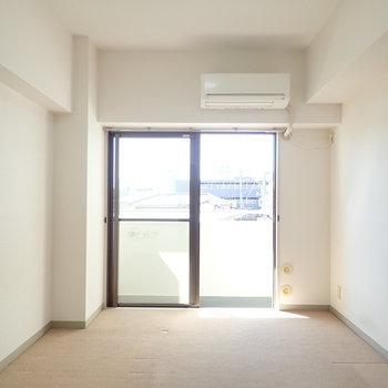 【洋室1】床はカーペットなので気になる方はラグを用意するのもあり。