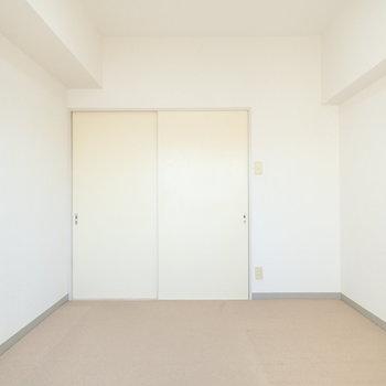【洋室1】ソファを置いてくつろぎの空間に。