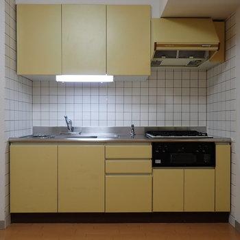 【DK】キッチンはレトロイエローでいい雰囲気。