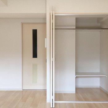 収納は右半面にさらに奥行きがあります。※写真は5階の同間取り別部屋のものです
