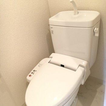 おトイレにはウォシュレット付き◎※写真は5階の同間取り別部屋のものです