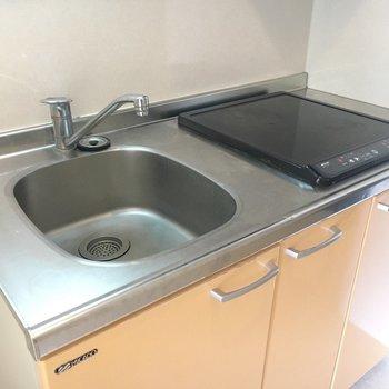 キッチンはIH2口。料理スペースはシンクトレーを活用しましょう。※写真は5階の同間取り別部屋のものです