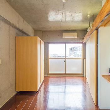 2面採光で明るいですね♪※写真は8階の同間取り別部屋のものです