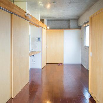 キッチンスペースは隠せちゃいます。※写真は8階の同間取り別部屋のものです