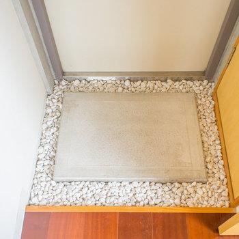 玄関には白玉石が…オシャレ!※写真は8階の同間取り別部屋のものです