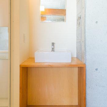 オシャレな洗面台。※写真は8階の同間取り別部屋のものです