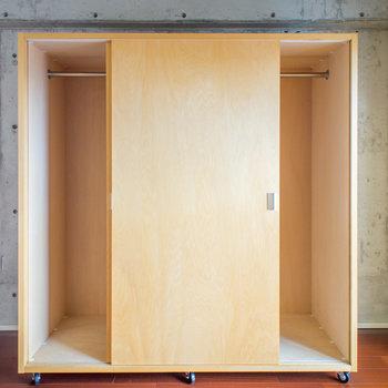 可動式のクローゼット。※写真は8階の同間取り別部屋のものです