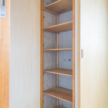 玄関の収納は靴以外も置けそうですね。※写真は8階の同間取り別部屋のものです