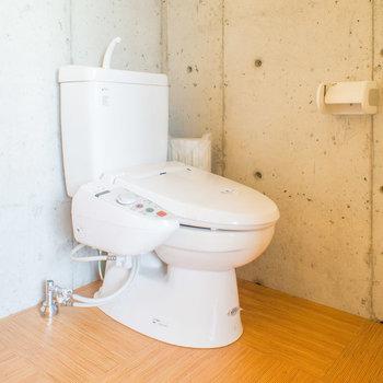 トイレも脱衣所にありますよ。このデザインならありかも。※写真は8階の同間取り別部屋のものです