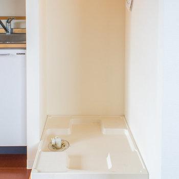 キッチンの横に洗濯機を置いてください。※写真は8階の同間取り別部屋のものです