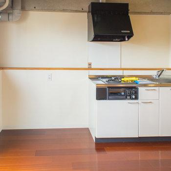 冷蔵庫などもちゃんと隣に置けますよ。※写真は8階の同間取り別部屋のものです