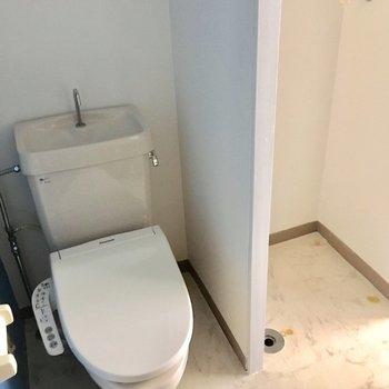 トイレはオープン、壁で隔たれてますが清潔に保ちましょう!