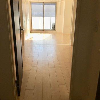 2部屋続けて見ると、広さがわかります。※写真は8階の同間取り別部屋のものです