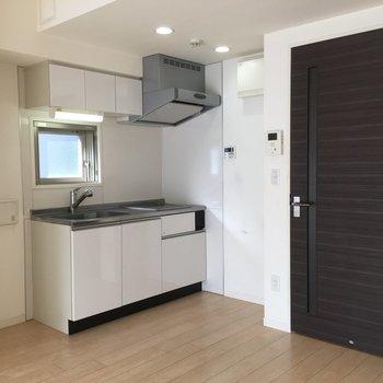 広いキッチン。窓もある!※写真は8階の同間取り別部屋のものです