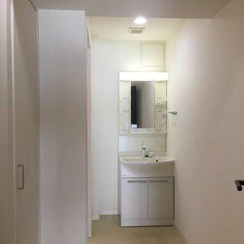 洗面所、広い!※写真は8階の同間取り別部屋のものです