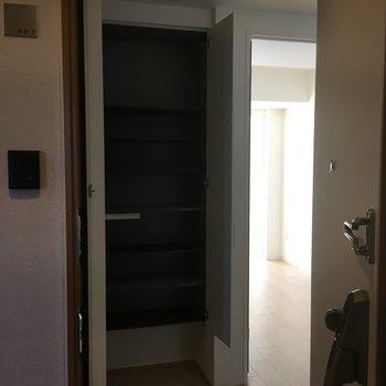 玄関から見たシューズボックス。※写真は8階の同間取り別部屋のものです
