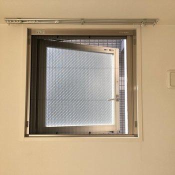 軽く開け閉めできる網戸がついてて、換気も楽々※写真は8階の同間取り別部屋のものです