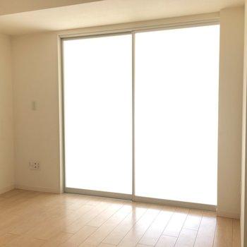 こんな感じに、ガラスなので向こうの部屋から光が届きます。※写真は8階の同間取り別部屋のものです