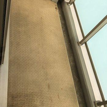 清潔感のあるベランダ。※写真は8階の同間取り別部屋のものです