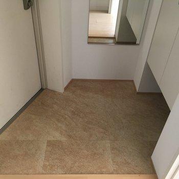 台形の玄関は、姿見と大容量のシューズボックス。※写真は8階の同間取り別部屋のものです