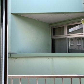 窓からも隣のビルがみえる〜