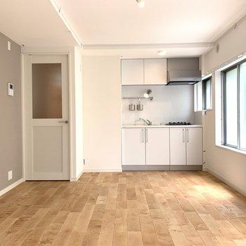 キッチン横にも窓があります※写真は前回募集時のものです