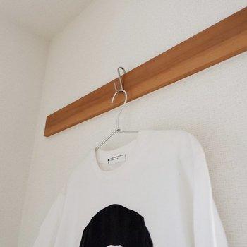 【和室】長押にはお気に入りのお洋服を掛けて。※家具・雑貨はサンプルです