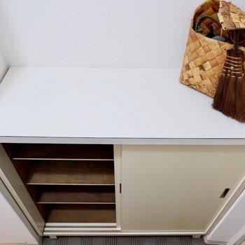 シューズボックスの上にはお花や鍵も置けます。※家具・雑貨はサンプルです
