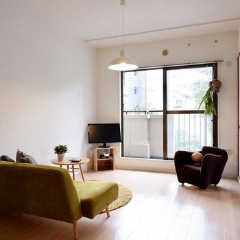 【6帖洋室】南向きで日当たりも良好です。※家具・雑貨はサンプルです