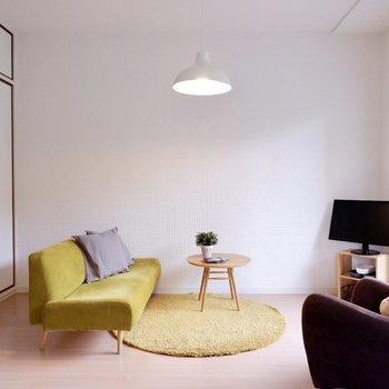 【6帖洋室】暖色カラーでほっこり和みます。※家具・雑貨はサンプルです