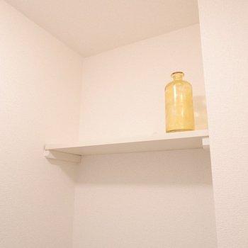洗濯機の上部には棚。洗剤も置けますよ。※家具・雑貨はサンプルです