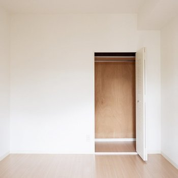 【5.6帖洋室】クローゼットには普段使いのお洋服をどうぞ。