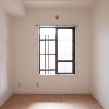 【5.6帖洋室】こちらは寝室にするのが良さそうかな。