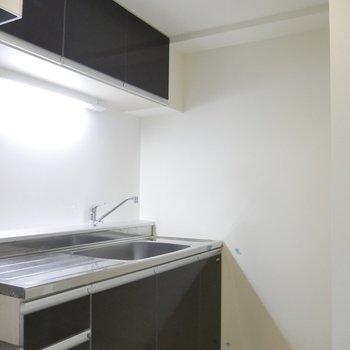 キッチンの後ろに、冷蔵庫を収納できるスペースがあります