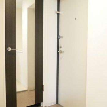 玄関には姿見鏡もあります