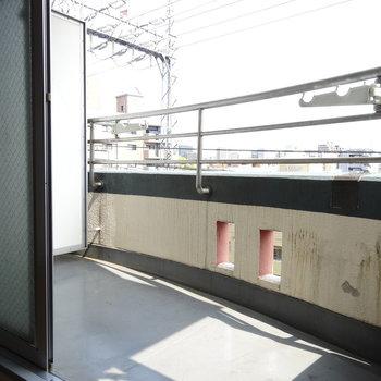 バルコニーの幅広め。洗濯物干しやすそう!洗濯機置場もここに。
