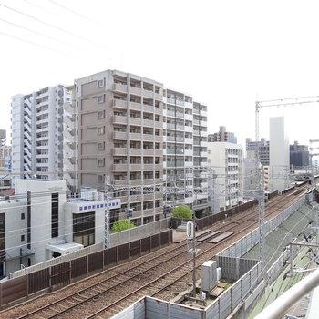 すぐ下は線路。平尾駅が見えます!