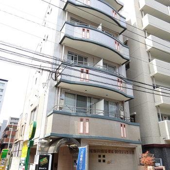大通りの裏側、高架下のマンションです。