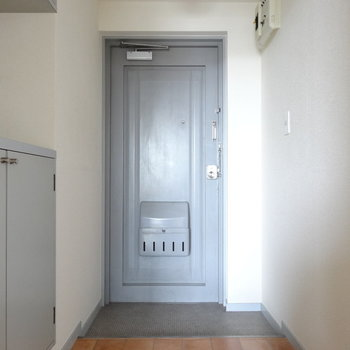 アイスブルーの玄関と床のコントラストがかわいい♡