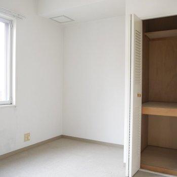 6帖の洋室です。収納スペースもありがたい
