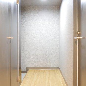 玄関へのまっすぐなアプローチ