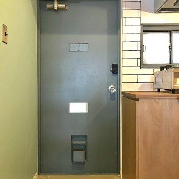 玄関扉と壁の相性も◎