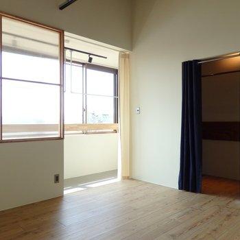 寝室5帖ほど。大きな窓とサンルーム※似た間取り別部屋の写真です。