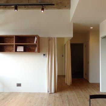 寝室部分はカーテンで仕切られています※似た間取り別部屋の写真です。