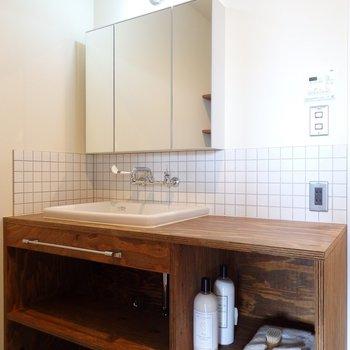 造作の洗面台がざっくりカッコいい!※似た間取り別部屋の写真です。