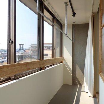 窓際のサンルームでお洗濯干し※別部屋の写真です。