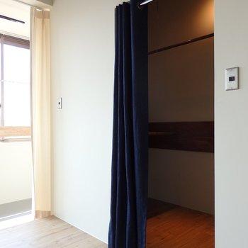 大きなウォークインクローゼット※似た間取り別部屋の写真です。